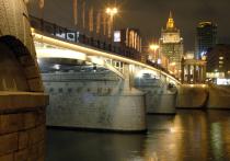 Прохожий упал смоста вМоскву-реку, пытаясь спасти смартфон